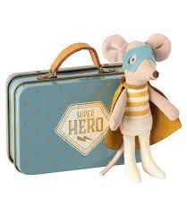 Super hero muis little brother in suitcase
